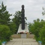 Комаров памятник